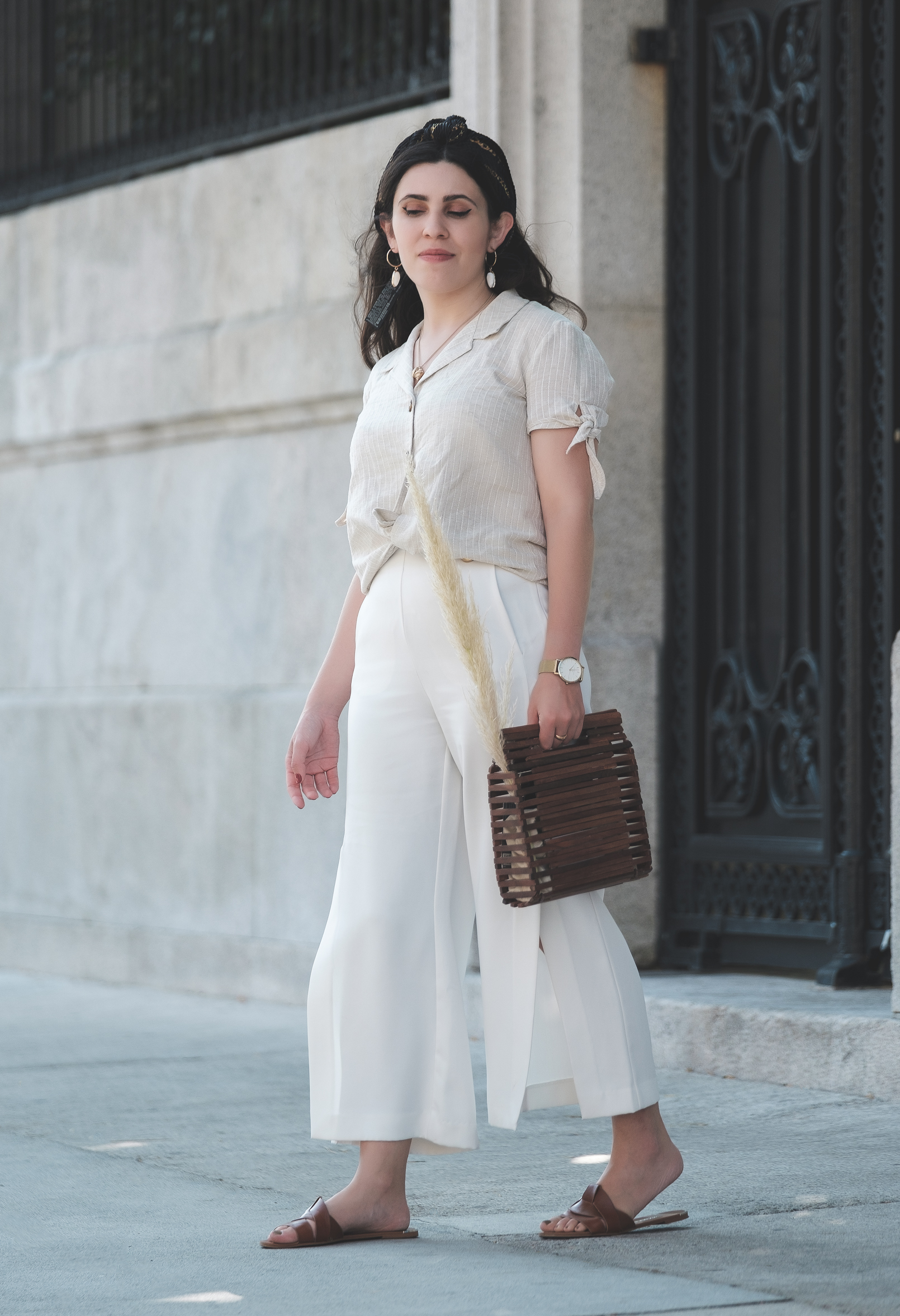 Le Fashionaire white culottes zara brown leather zara slides shell mango earrings wood zara bag chain pattern hair scarf 5203 EN white culottes zara brown leather zara slides shell mango earrings wood zara bag chain pattern hair scarf 5203 EN