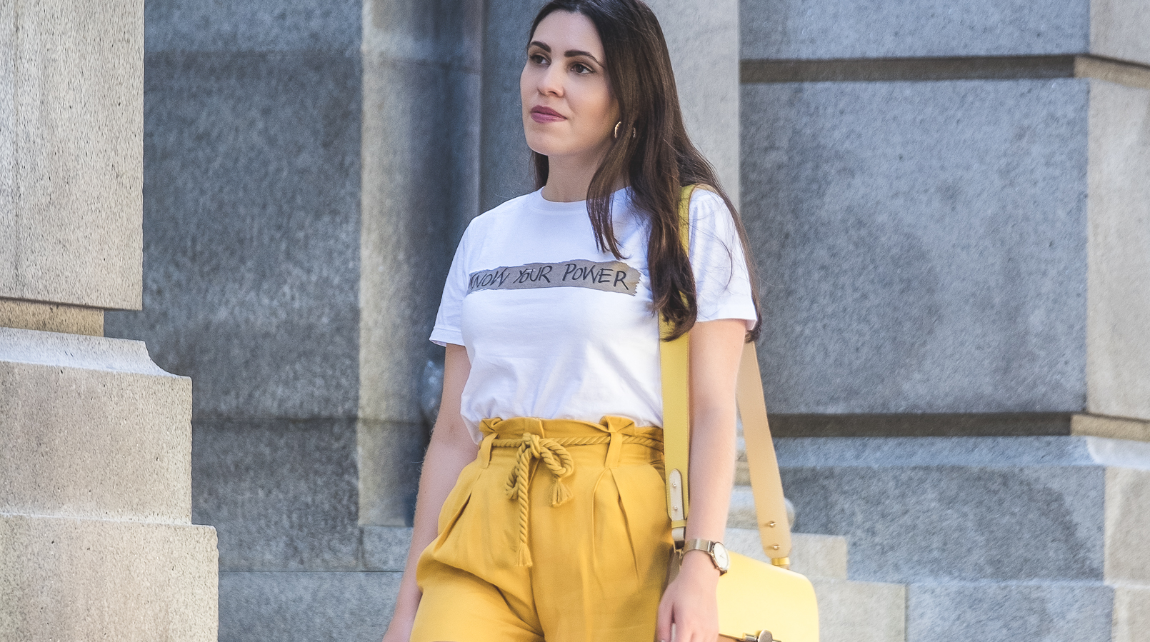 Le Fashionaire How to wear neon (one of next seasons trends) white tee know your power quote neon olive yellow zara rope belt shorts yellow brown beige massimo dutti leather bag 5452F EN