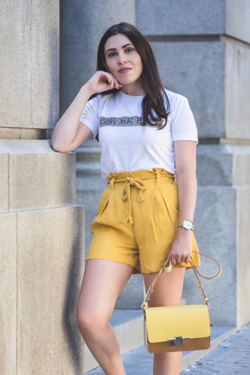 Le Fashionaire How to wear neon (one of next seasons trends) white tee know your power quote neon olive yellow zara rope belt shorts yellow brown beige massimo dutti leather bag 5470 EN 805x1208