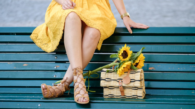 Le Fashionaire 3 tips to be happy on Fall yellow embroidered dress suede light brown sandals straw rattan hand made portuguese brand toino abel yellow sunflowers 5351F EN 805x450