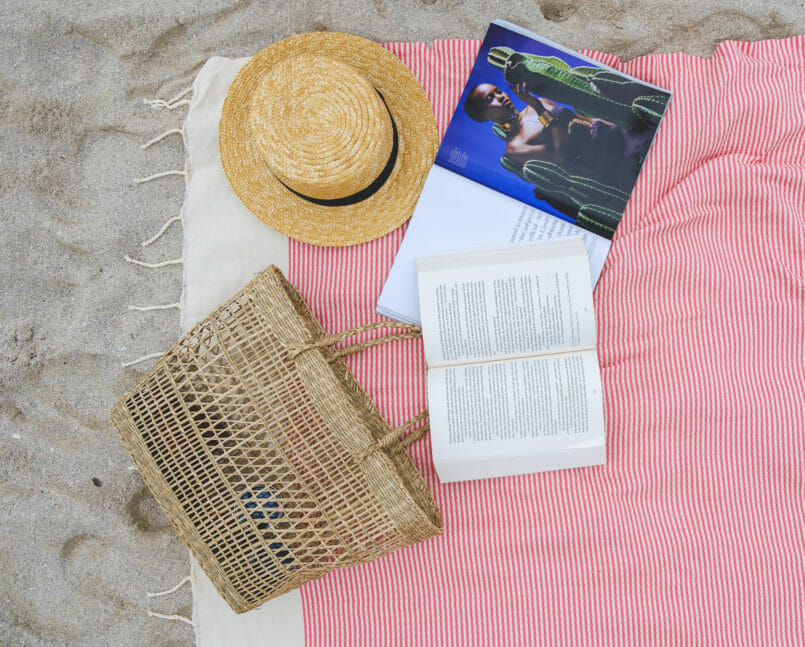 Le Fashionaire 3 books to read on the beach (or in any other place) beach towel white red stripes futah straw hat black ribbon stradivarius 7284 EN 805x647