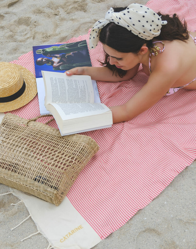 Le Fashionaire 3 books to read on the beach (or in any other place) beach towel white red stripes futah straw hat black ribbon stradivarius polka dots zara scarf 7261 EN 805x1022