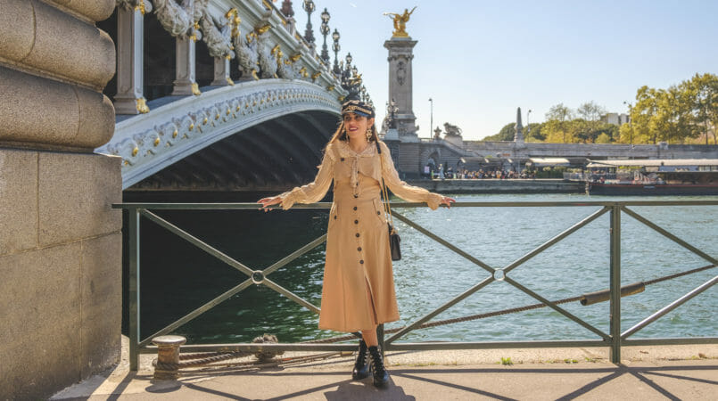 Le Fashionaire How to wear summer dresses on Fall beige uterque silk shirt front buttons beige shein dress black beret gold chain boohoo paris 8861F EN 805x450