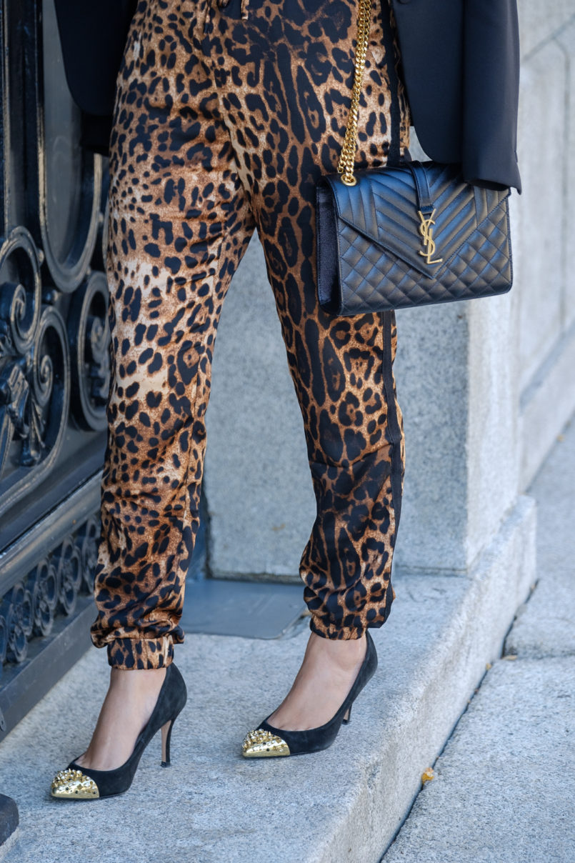 Le Fashionaire How to make the leopard trend look chic on you leopard satin boohoo trousers envelope bag ysl gold saint laurent gold pointed spikes black shoes 9746 EN 805x1208