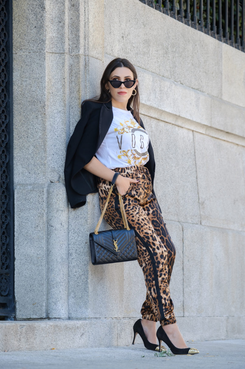 Le Fashionaire How to make the leopard trend look chic on you leopard satin boohoo trousers vogue versace style white boohoo shirt envelope bag ysl gold saint laurent gold pointed spikes black shoes 9767 EN 805x1208