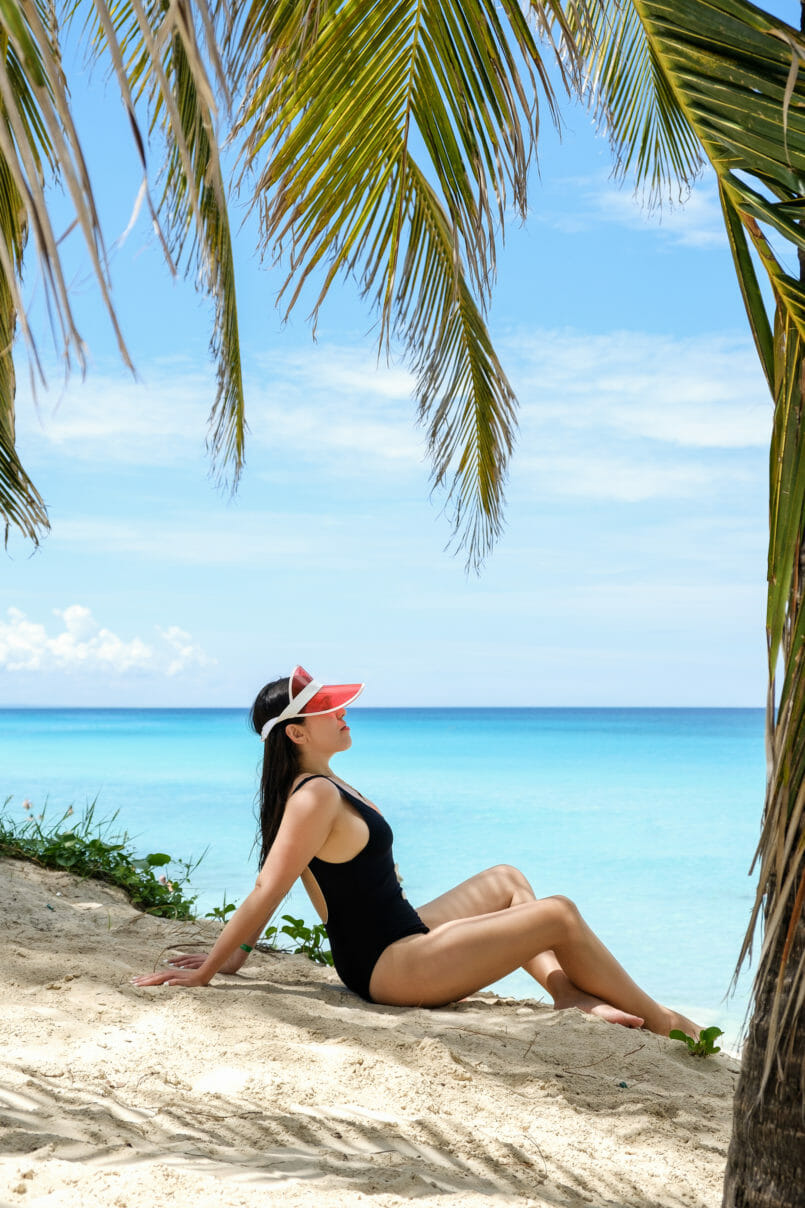Le Fashionaire How to be chic at the beach solid striped black white swimsuit cuba varadero beach red hat boohoo palmtrees 7887 EN 805x1208