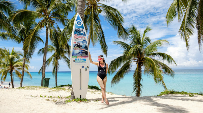 Le Fashionaire How to be chic at the beach solid striped black white swimsuit cuba varadero beach red hat boohoo surfboard palmtrees 7982F EN 805x450