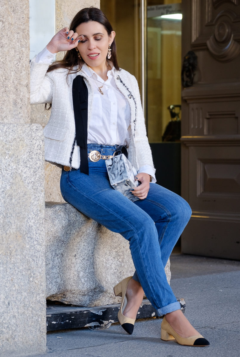Le Fashionaire My first mom jeans have a Mickey on the back pocket white stradivarius shirt white tweed black ribbon zara tweed jacket gold body mango necklace two colors beige chanel style zara shoes 0927 EN 805x1198