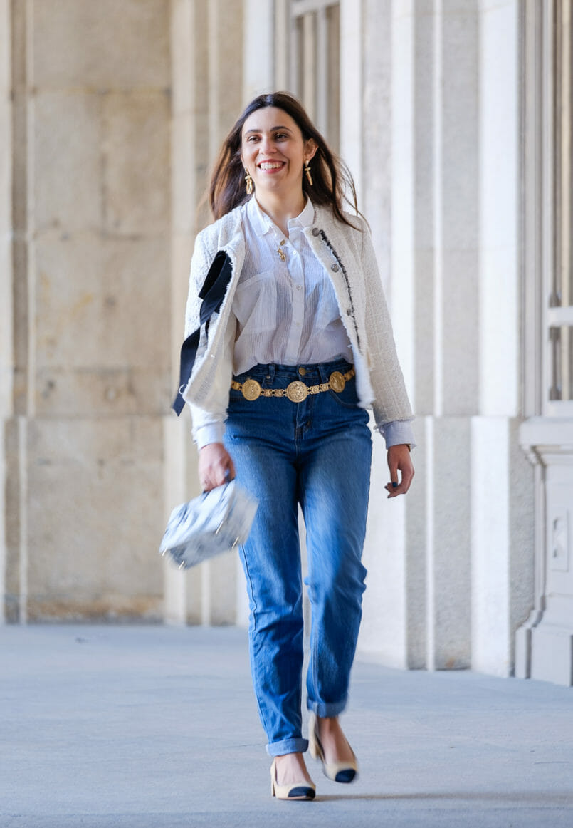 Le Fashionaire My first mom jeans have a Mickey on the back pocket white stradivarius shirt white tweed black ribbon zara tweed jacket gold body mango necklace two colors beige chanel style zara shoes gold coins belt 0886 EN 805x1162