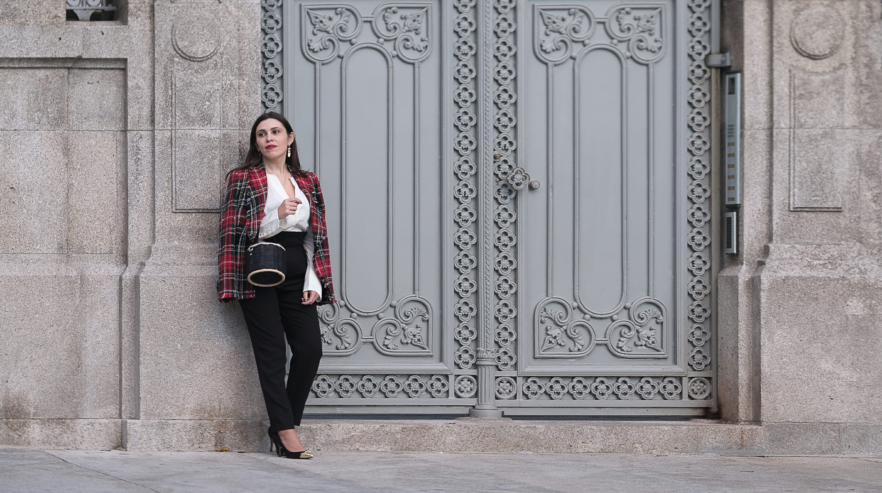 Le Fashionaire tartan red zara blazer wool black chic front buttons trousers uterque silk white zara shirt black straw faux fur zara bag 0974F EN tartan red zara blazer wool black chic front buttons trousers uterque silk white zara shirt black straw faux fur zara bag 0974F EN