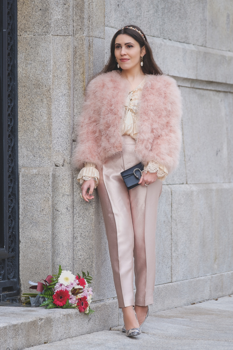 Le Fashionaire What to wear at New Years Eve: party at friends house feather pale pink mango jacket silk beige uterque ruffles blouse sparkle pale pink zara trousers gucci mini dionysus leather bag 2776 EN 805x1208