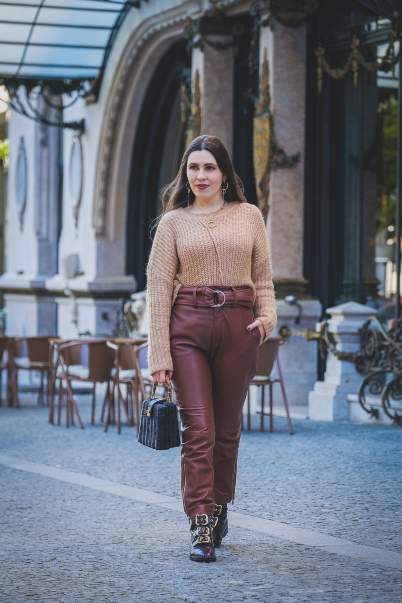 Le Fashionaire Is it worth it investing in leather trousers? high waist leather brown mango trousers oversized zara camel knit black rattan bag bamboo zara 3571 EN 805x1208
