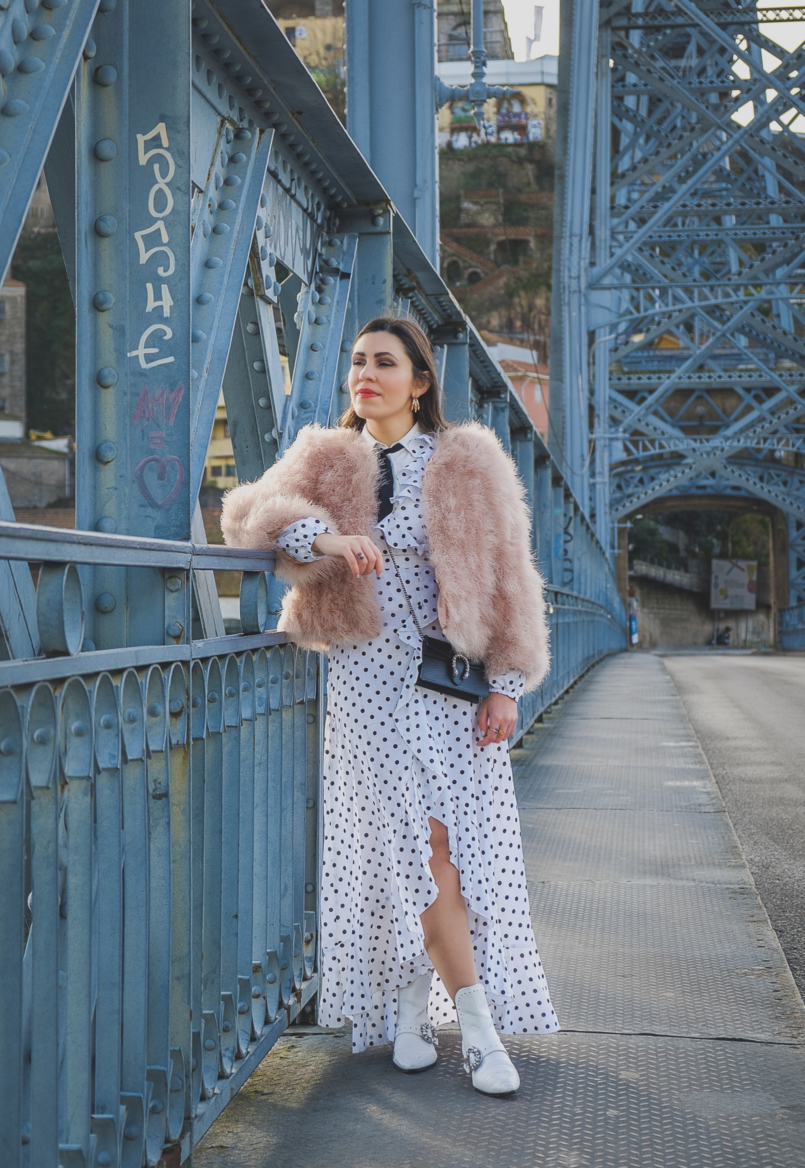 Le Fashionaire As plumas são tendência: usar ou não usar? polka dots ruffles shein dress pale pink feathers mango jacket cowboy white jewel boots gucci mini dionysus leather bag 5260 PT 805x1168