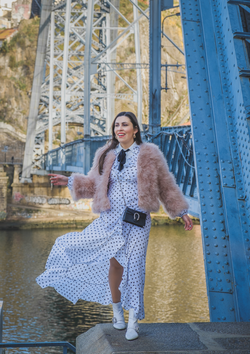 Le Fashionaire As plumas são tendência: usar ou não usar? polka dots ruffles shein dress pale pink feathers mango jacket cowboy white jewel boots gucci mini dionysus leather bag 5393 PT 805x1138