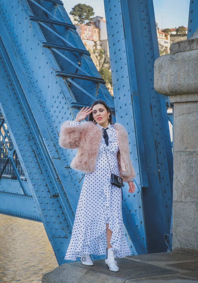 Le Fashionaire As plumas são tendência: usar ou não usar? polka dots ruffles shein dress pale pink feathers mango jacket cowboy white jewel boots gucci mini dionysus leather bag 5397 PT 805x1153