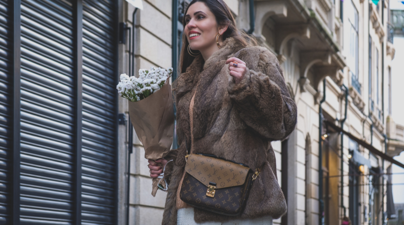 Le Fashionaire Fashion is made of legacies: the story of my brown coat vintage faux fur brown coat big gold hoops hm louis vuitton pochette metis reverse 4789F EN 805x450