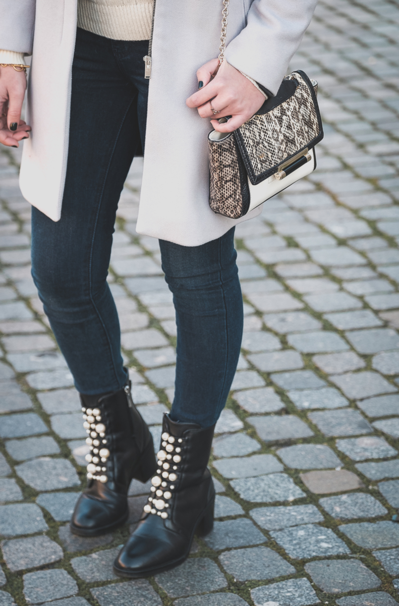 Le Fashionaire Winter sales: what is really worth it wool outwear coat grey pale zara levis dark skinny jeans black white pearls ankle boots white grey snake print gold chain diane von furstenberg bag 3889 EN 805x1223