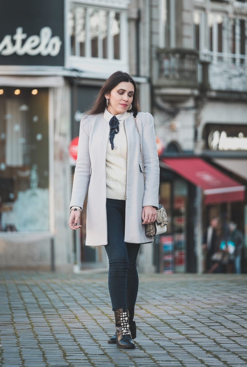Le Fashionaire Winter sales: what is really worth it wool outwear coat grey pale zara white bow polka dots bershka shirt levis dark skinny jeans white cable knit cashmere merino wool ralph lauren 3872 EN 805x1194