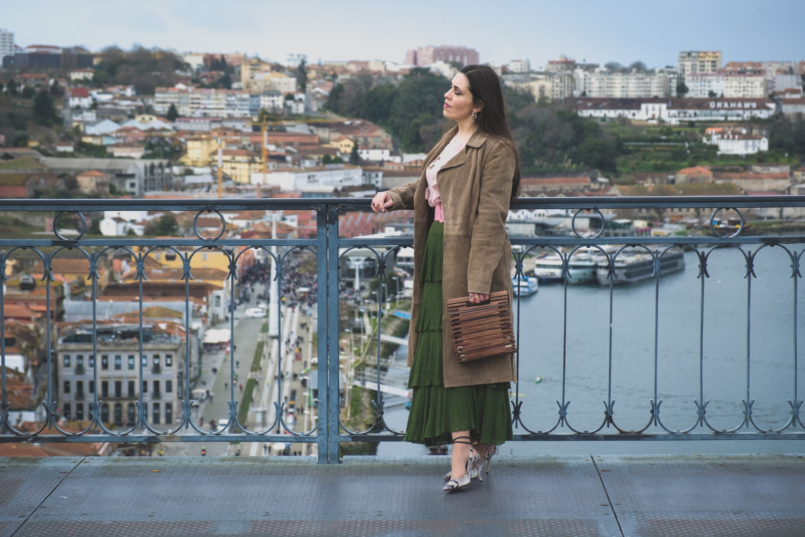 Le Fashionaire How to wear green and pink and look stylish ruffles zara green maxi skirt leather mango trench coat massimo dutti snake print heels wood zara bag 5625 EN 805x537