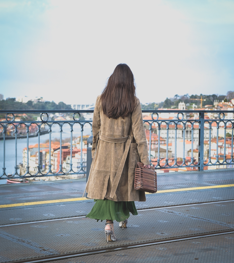 Le Fashionaire How to wear green and pink and look stylish ruffles zara green maxi skirt leather mango trench coat wood zara bag 5505 EN 805x902