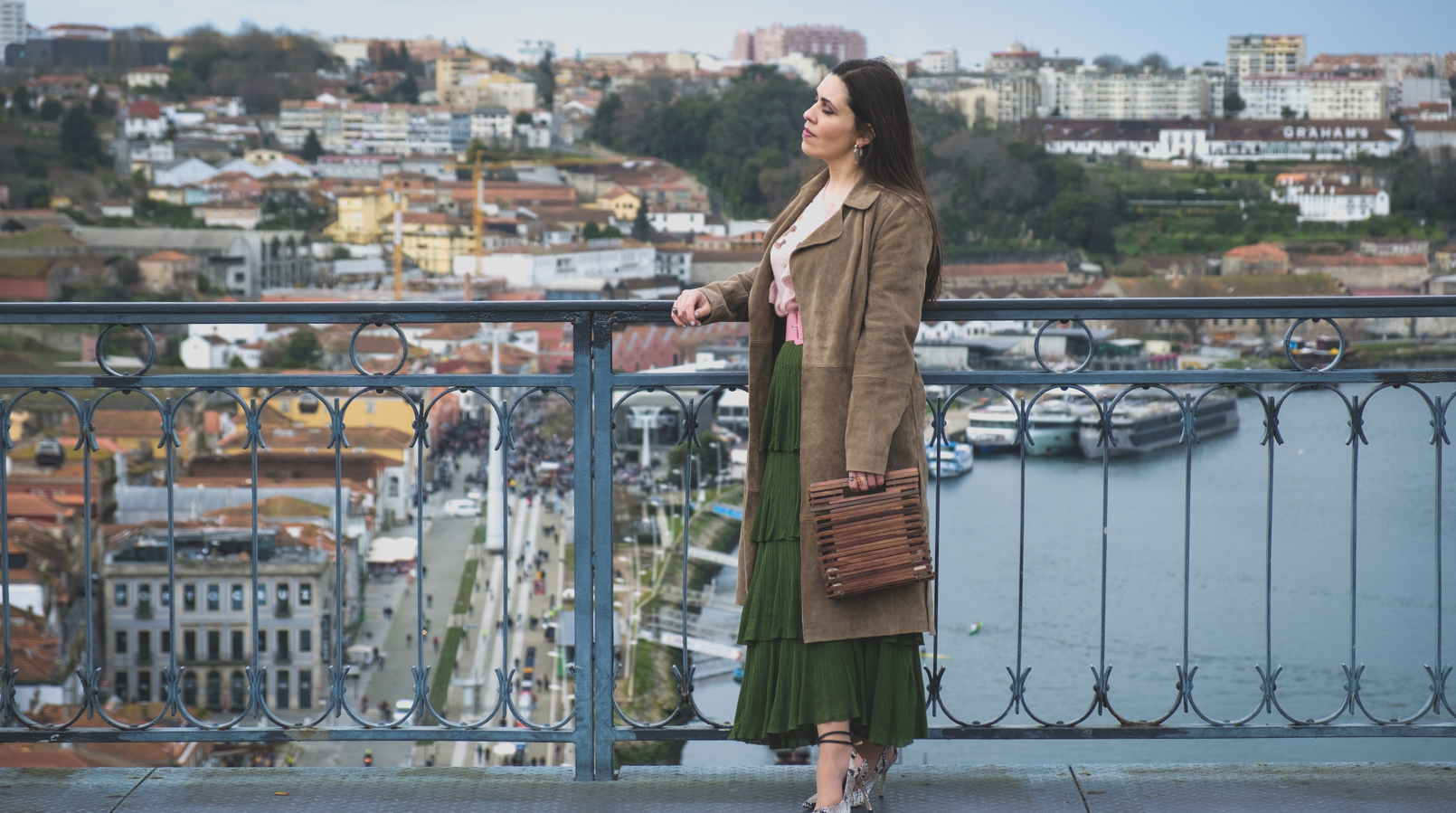 Le Fashionaire How to wear green and pink and look stylish ruffles zara green maxi skirt leather mango trench coat wood zara bag marble mango earrings 5625F EN