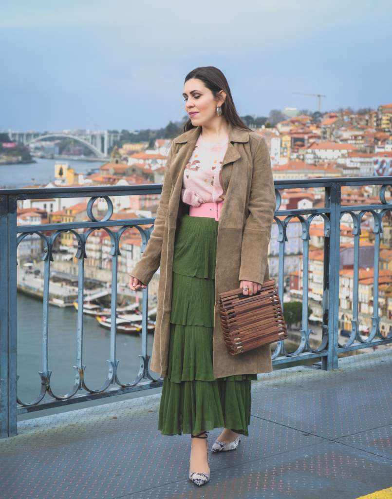 Le Fashionaire How to wear green and pink and look stylish ruffles zara green maxi skirt pale pink ruffles uterque snake mohair sweater leather mango trench coat pink zara belt massimo dutti snake print heels 5588 EN 805x1024