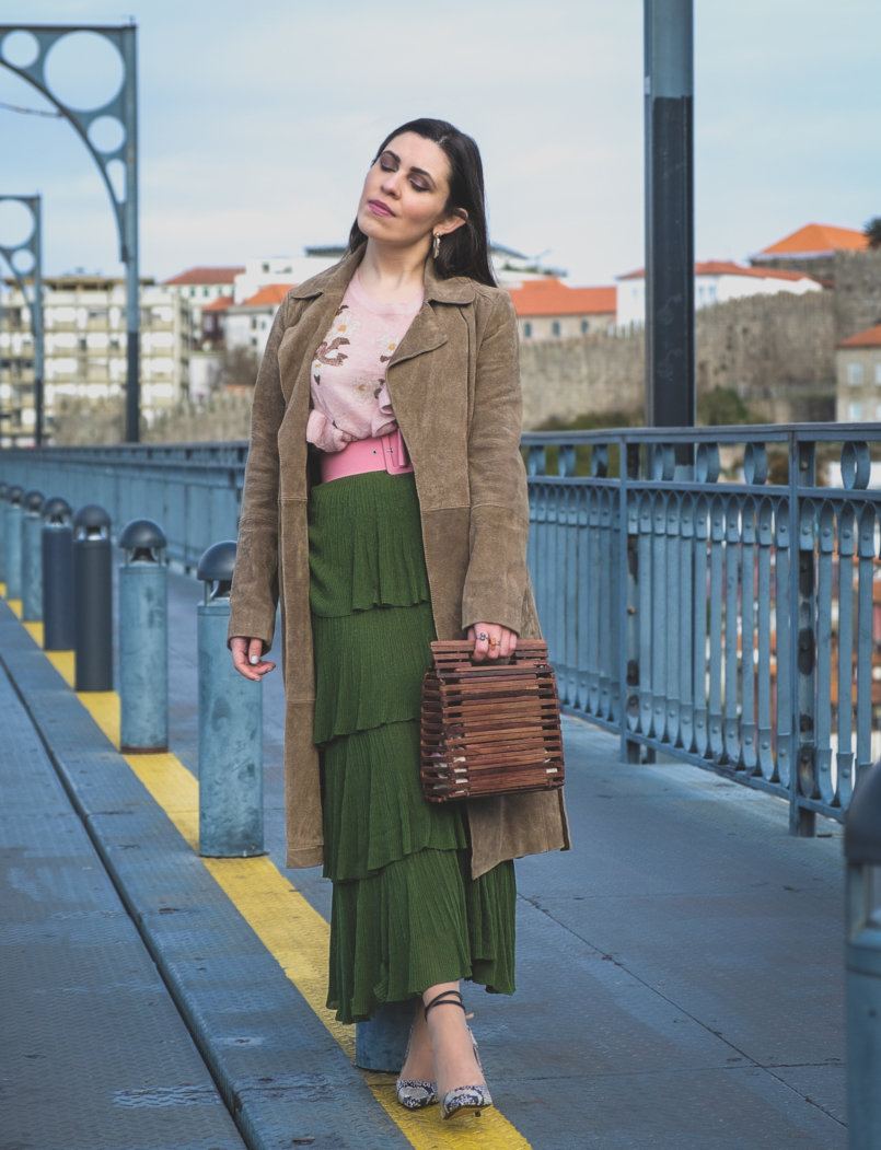 Le Fashionaire How to wear green and pink and look stylish ruffles zara green maxi skirt pale pink ruffles uterque snake mohair sweater pink zara belt massimo dutti snake print heels wood zara bag 5473 EN 805x1051