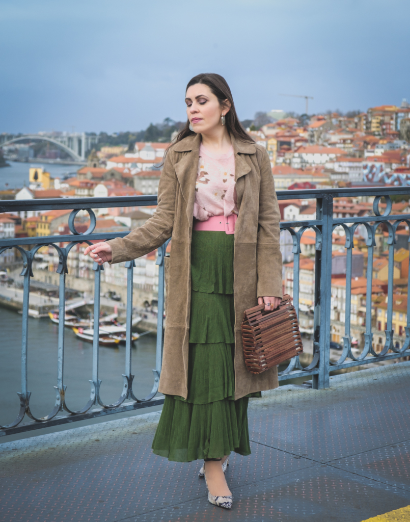 Le Fashionaire How to wear green and pink and look stylish ruffles zara green maxi skirt pale pink ruffles uterque snake mohair sweater pink zara belt massimo dutti snake print heels wood zara bag 5592 EN 805x1024