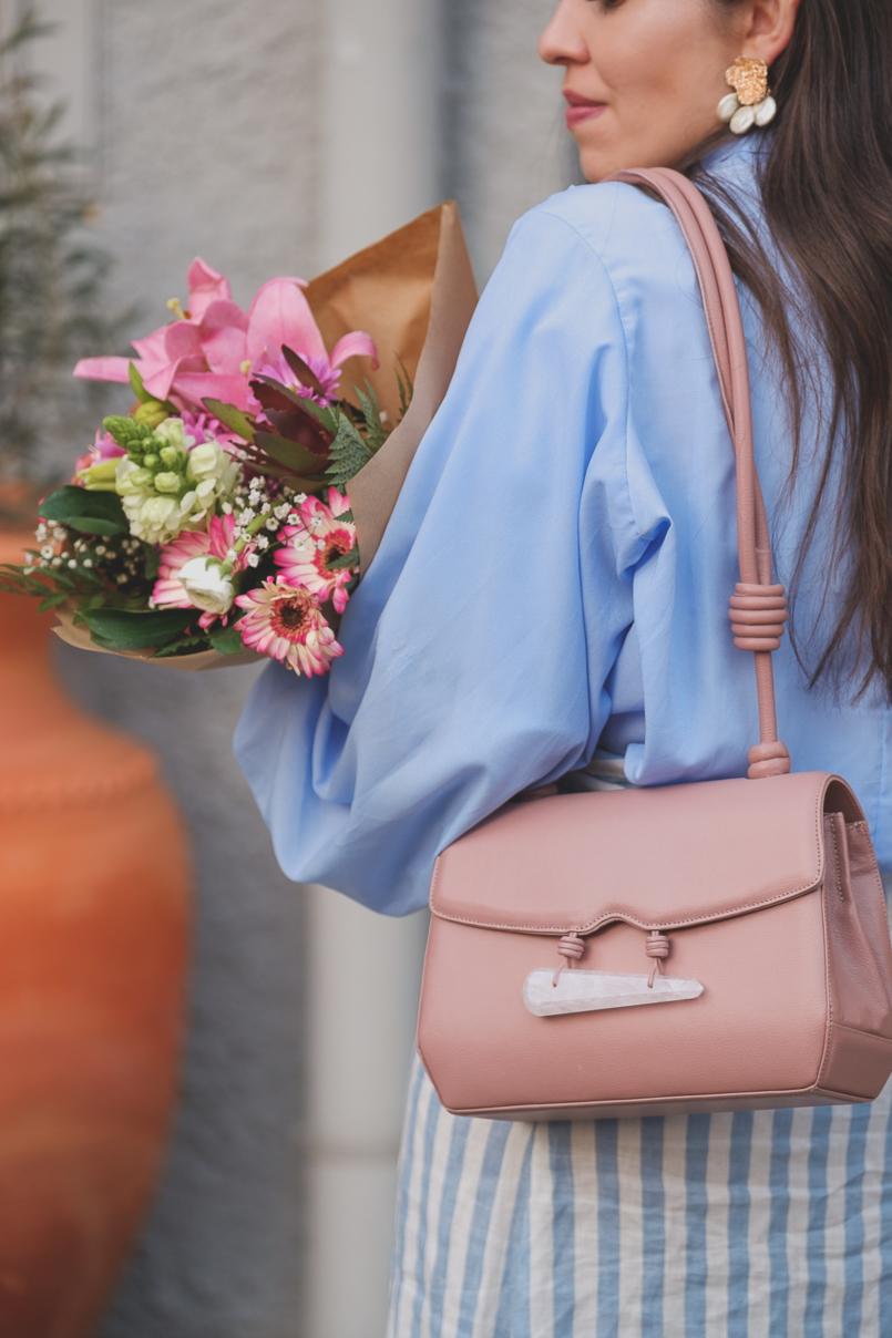 Le Fashionaire Is it worth it being original in a world full of copies? pale blue buttons lorna luxe in the style shirt pearls gold white zara earrings pale pink quartz soleah bag Pink flowers 6514 EN 805x1208