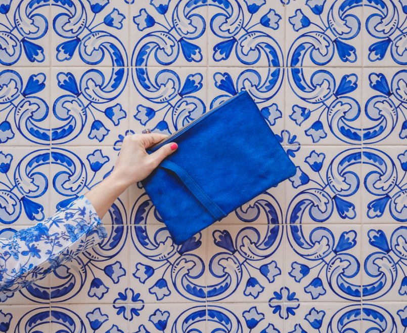 Le Fashionaire Lorna Luxe X In The Style: this is my absolutely favourite of the collection porcelain print lorna luxe blue white top bold blue sfera leather clutch 6819 EN 805x658