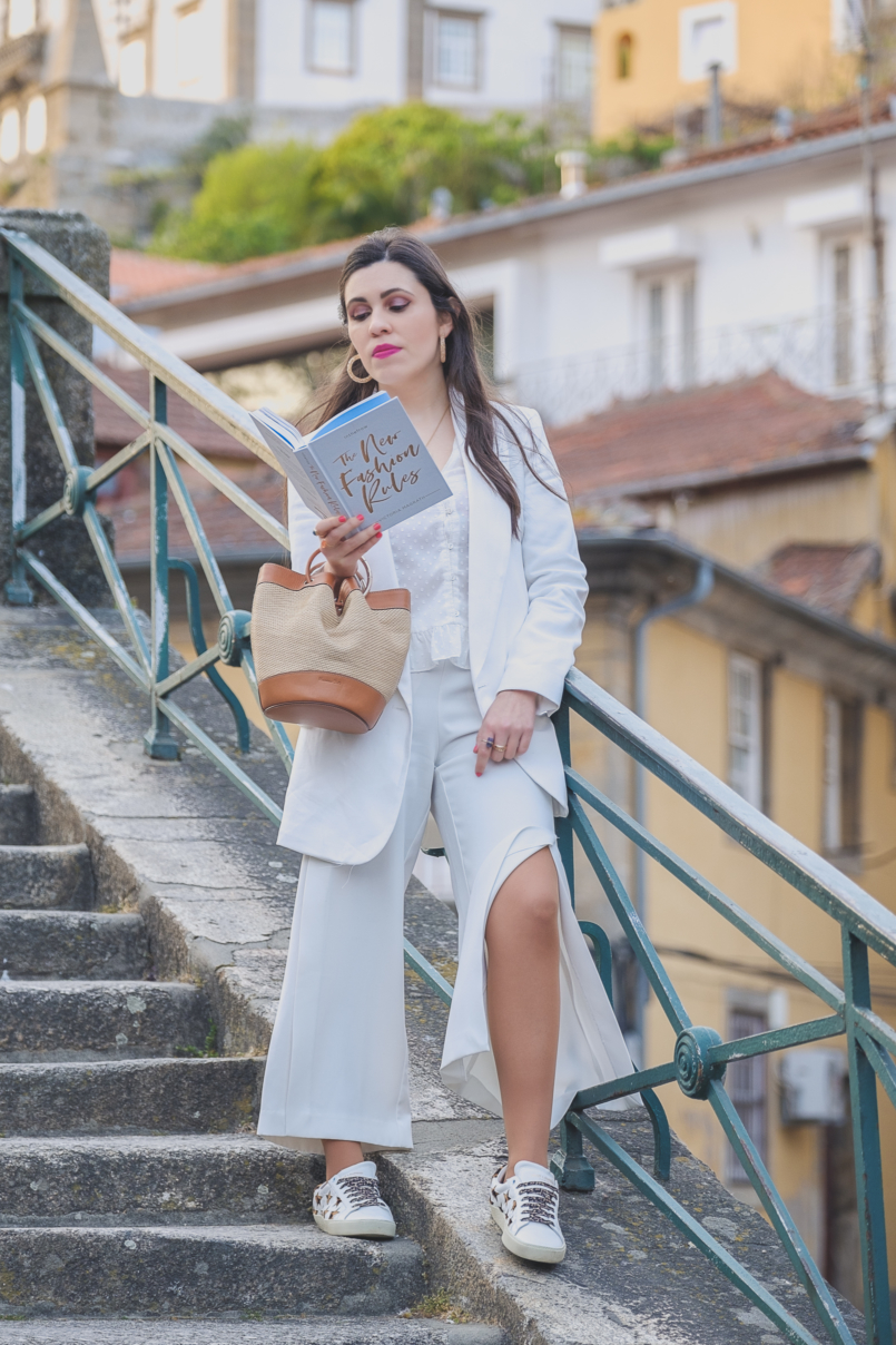 Le Fashionaire How to wear culottes in a chic way white zara culottes white leather leopard saint laurent ysl sneakers leather rattan massimo dutti brown camel bag pearls hair pins alice co parfois 6839 EN 805x1208