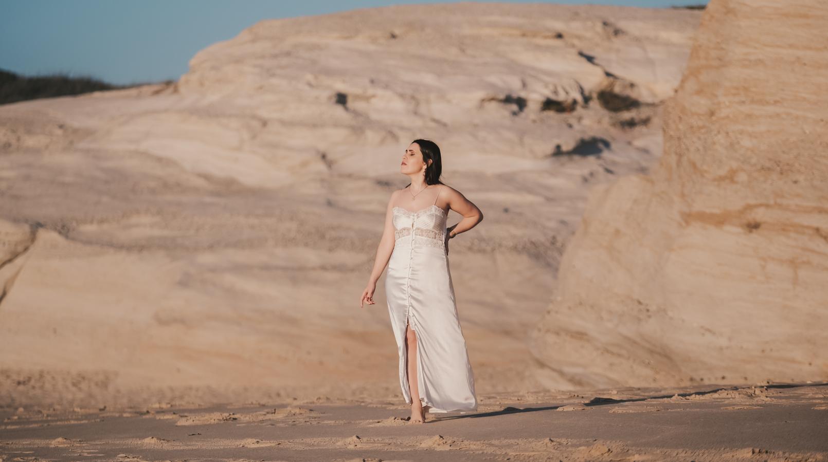Le Fashionaire Pessoal: Há paz na solidão vestido cetim renda branco estilo lingerie zara brincos dourados cristal swarovski praia 8408F PT