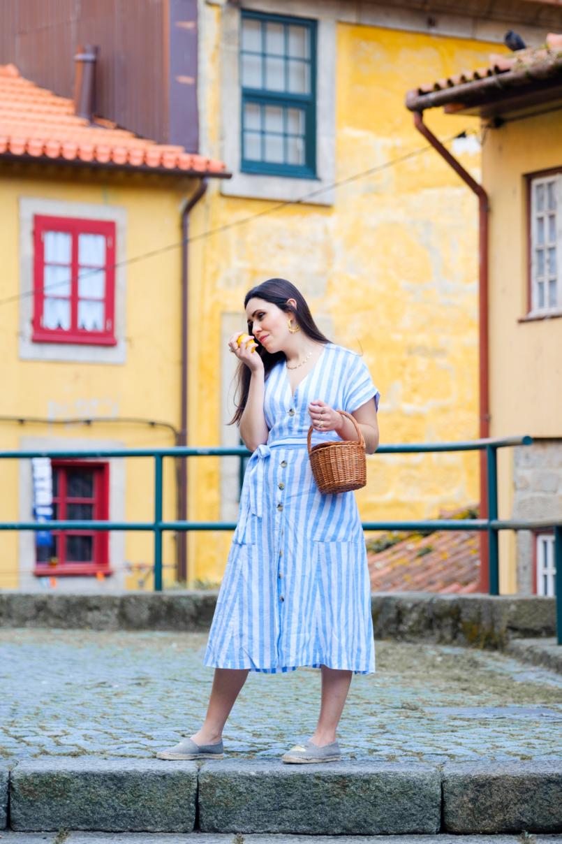 Le Fashionaire Pensamento positivo: Se a vida nos der limões, sirvamos uma tequila! vestido linho azul riscas brancas mango alpercatas pretas amarelas limoes parfois cesta verga la petite sardine 8048 PT 805x1208